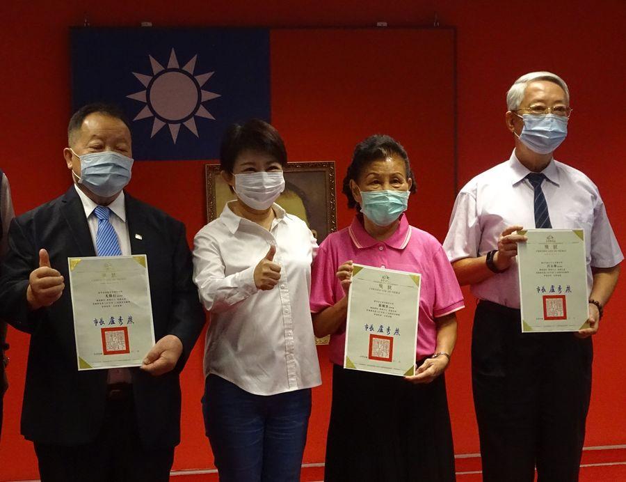 盧秀燕頒獎表揚「教育奉獻獎」、「師鐸獎」得獎老師