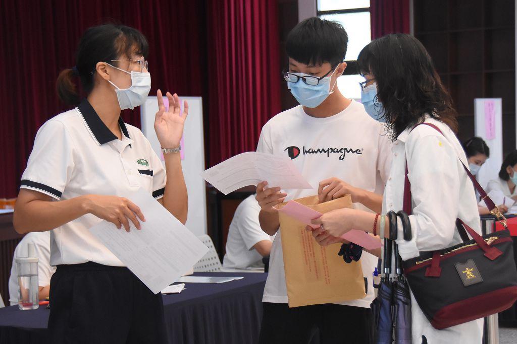 教職同仁為新生解說註冊流程。