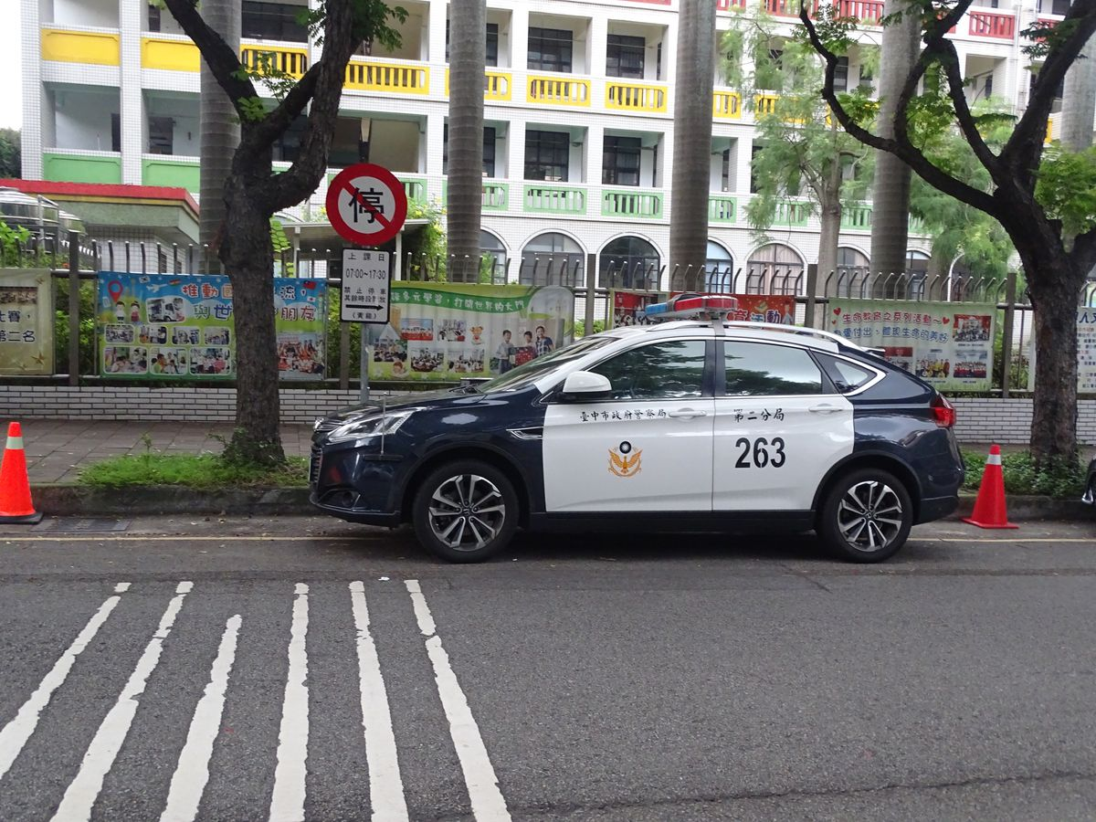 警車黃線停車 明知故犯?