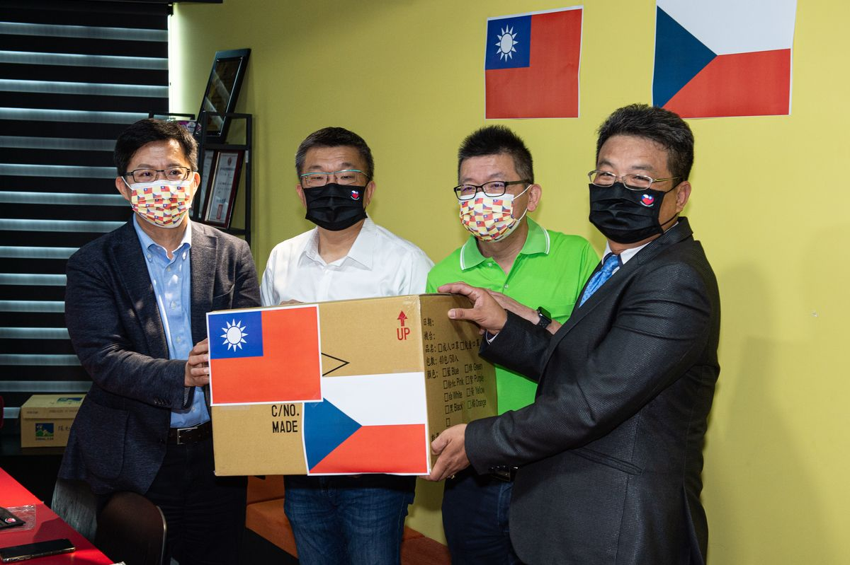 展現台灣防疫實力 蔡其昌牽線國家隊贈送捷克2萬片台捷國旗口罩