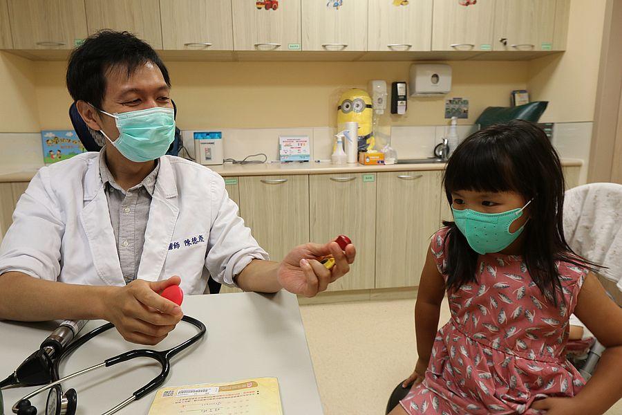 8歲童吞磁鐵腹中連成一串 腸子破洞形成廔管險喪命