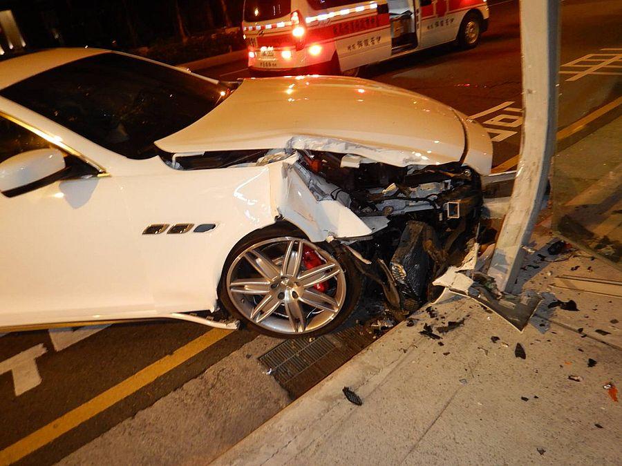 跑車自撞候車亭 駕駛到案說是不慎