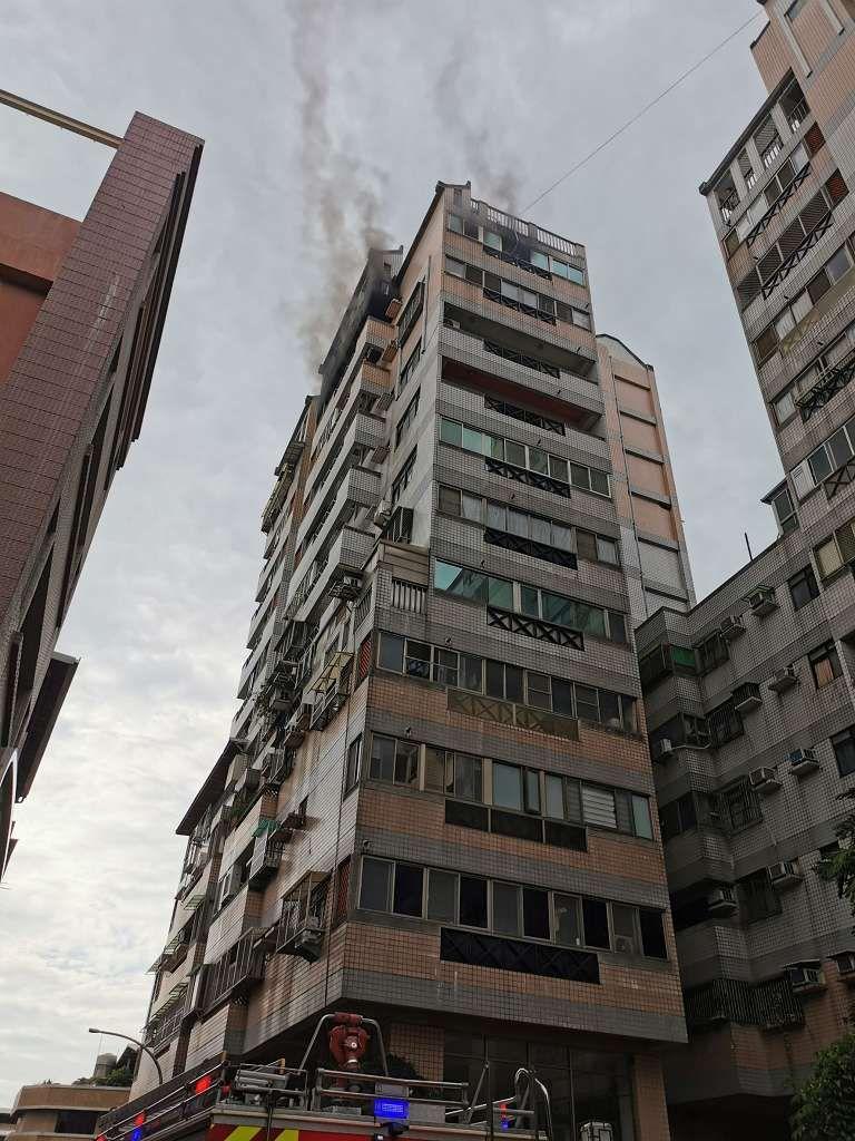 中市北屯區大樓失火 兩大人兩小孩嗆傷