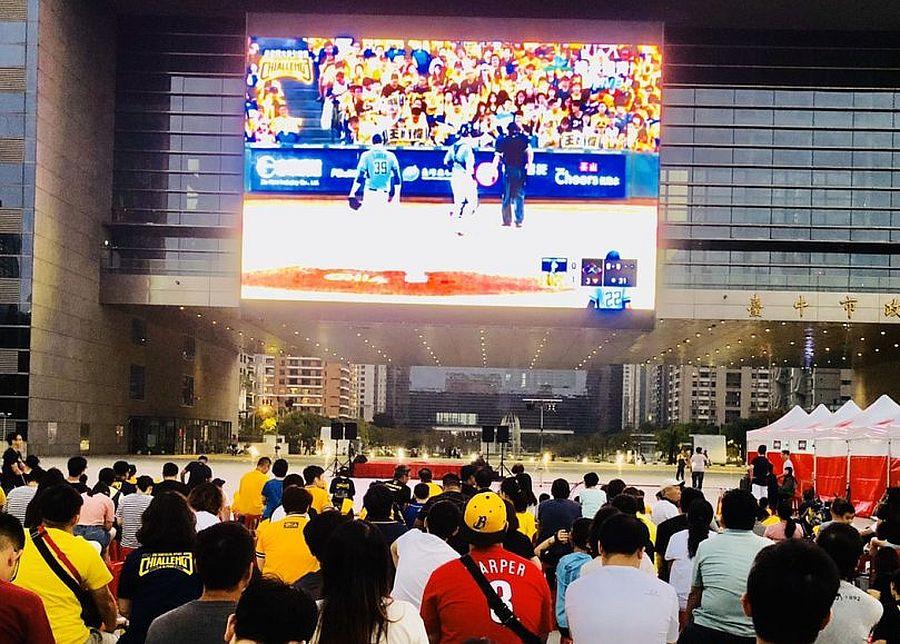 31日象獅大賽在市政大樓前廣場同步直播賽事