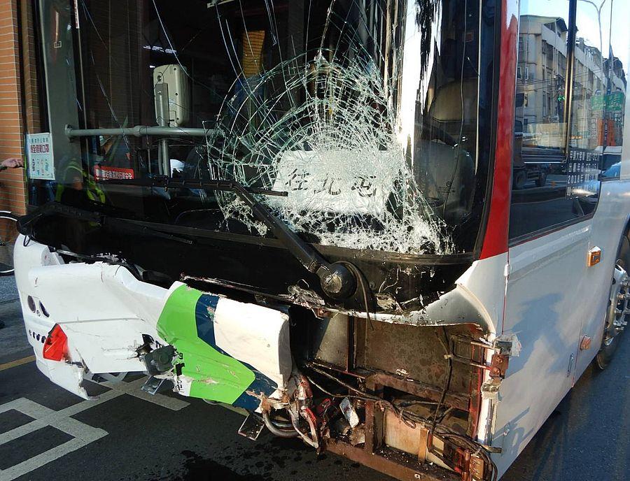 客運電動車煞車失靈 連撞8輛小客車5人受傷