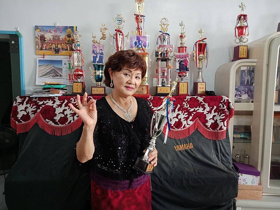 北屯區水湳阿嬤歌后陳曉蝶  歌唱比賽獲獎盃30餘座