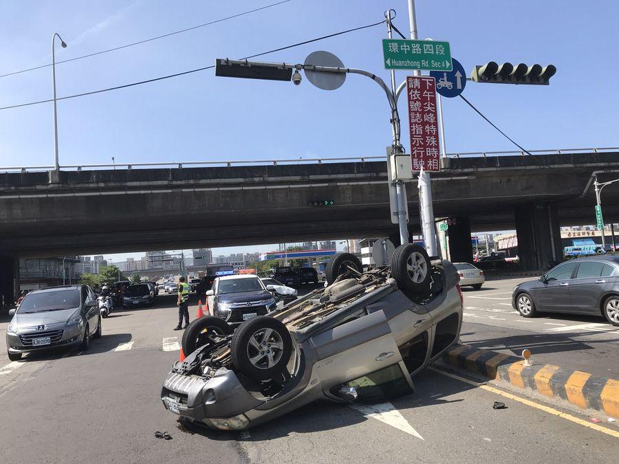兩車碰撞一車翻覆幸無人傷亡