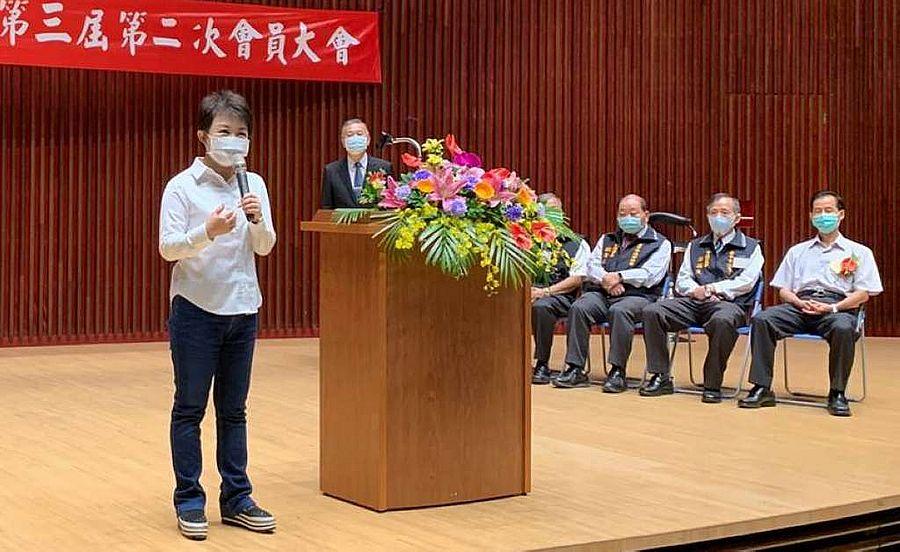 中市警局贈手杖傘給退休警察 象徵有力支持