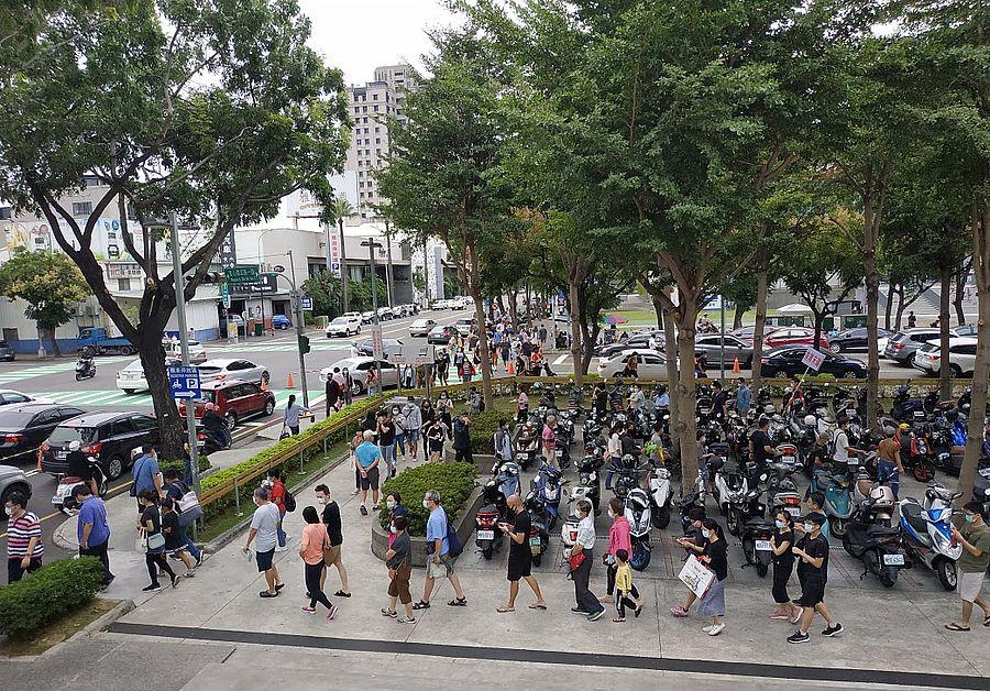國慶連假搶買特價品 台中好市多人潮出現爆炸性人潮