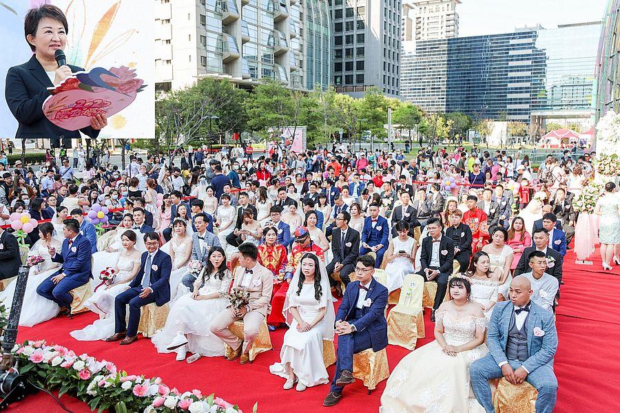 市長盧秀燕18日為聯合婚禮99對新人祝福