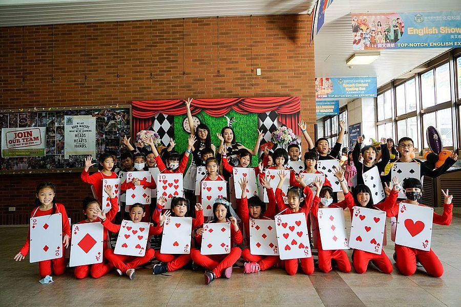 葳格國際小學愛麗絲仙境  學生撲克軍團學習團隊合作