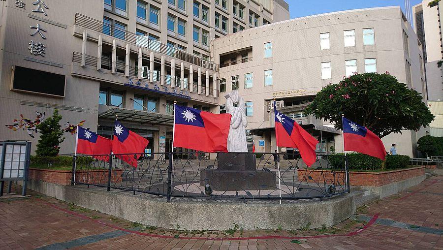 西屯公所在重要道路懸掛國旗  喜迎雙十國慶