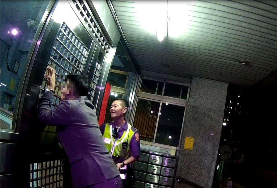 男子酒醉不醒  警員把他扛回七樓的家
