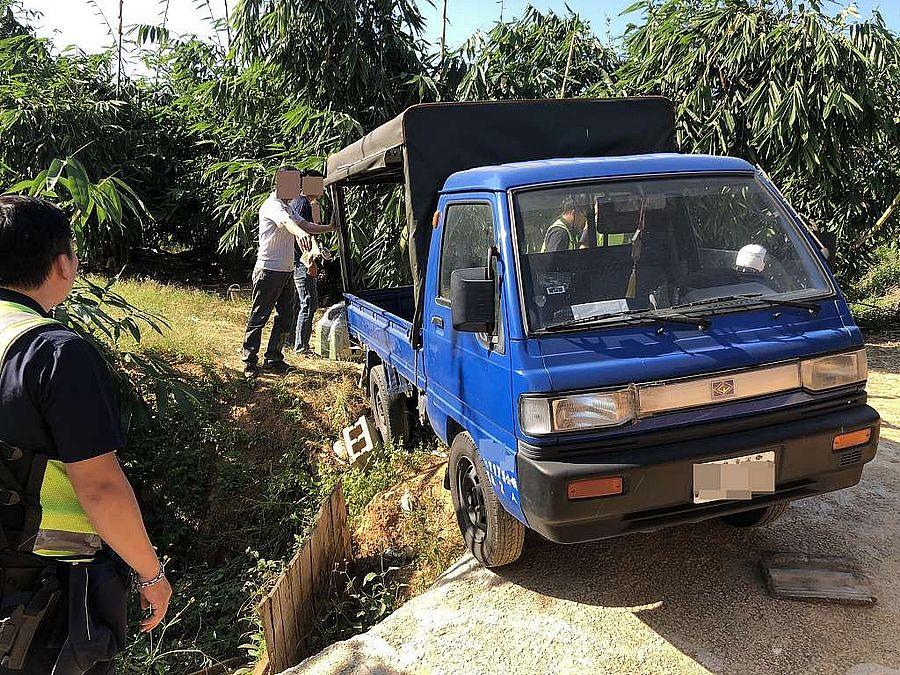 貨車卡在斜坡險滑落 警民「硬舉」救援成功