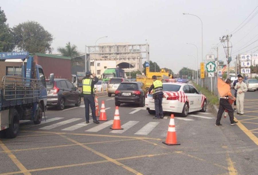 國道、省道交警合作排除交通事故