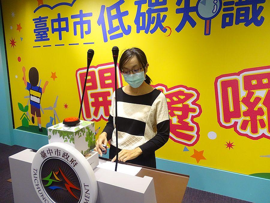 學生低碳知識大會考抽獎活動 律師見證由秘書長黃崇典主持