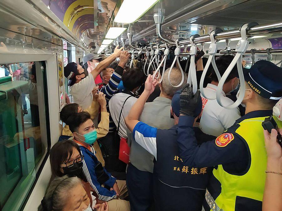 台中捷運綠線今試營運  民眾一早攜伴開心搭乘