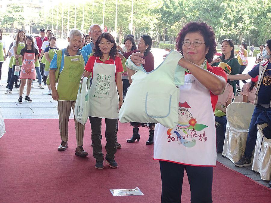 志工巧手將3500件花博背心改造成圍裙等有用物品