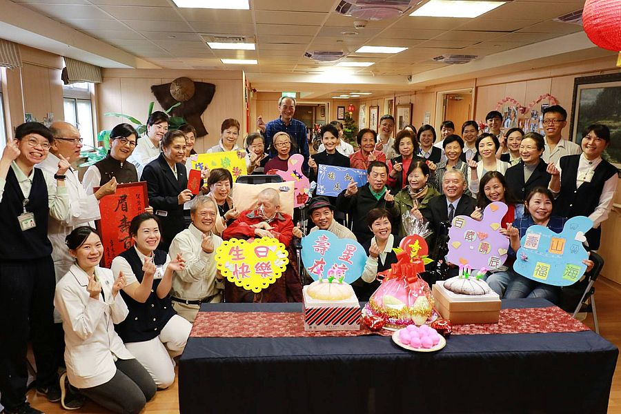 台中慈濟護家住民慶百歲   住民黃國權家人感恩植福