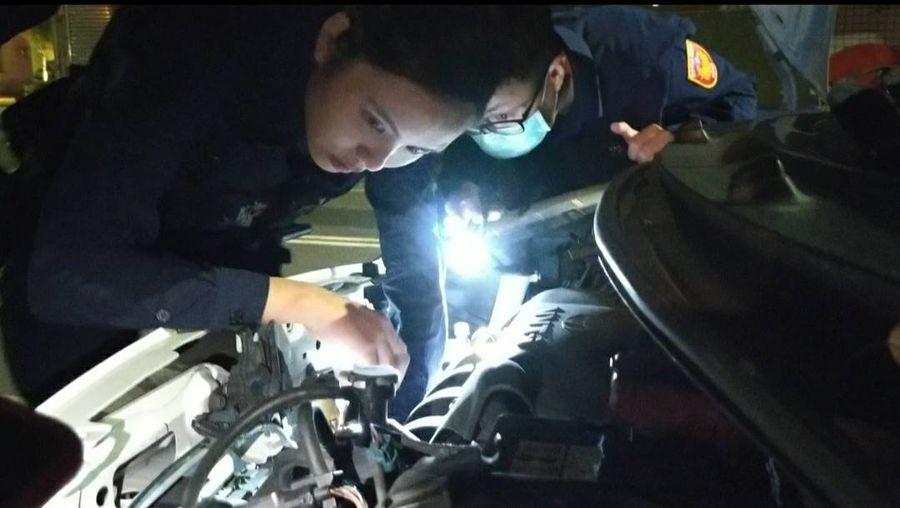貓咪鑽汽車引擎室 女警協助奮力救貓