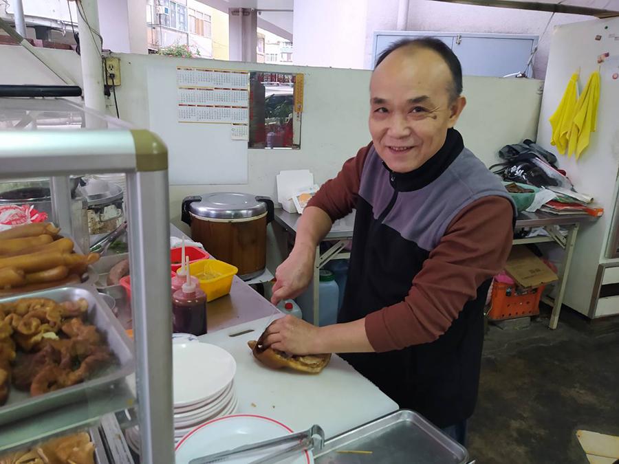 劉文重擺麵攤當志業做公益