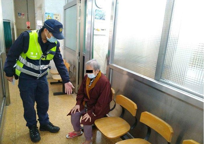 老婦呆坐於診所  暖警聯繫家屬助返家