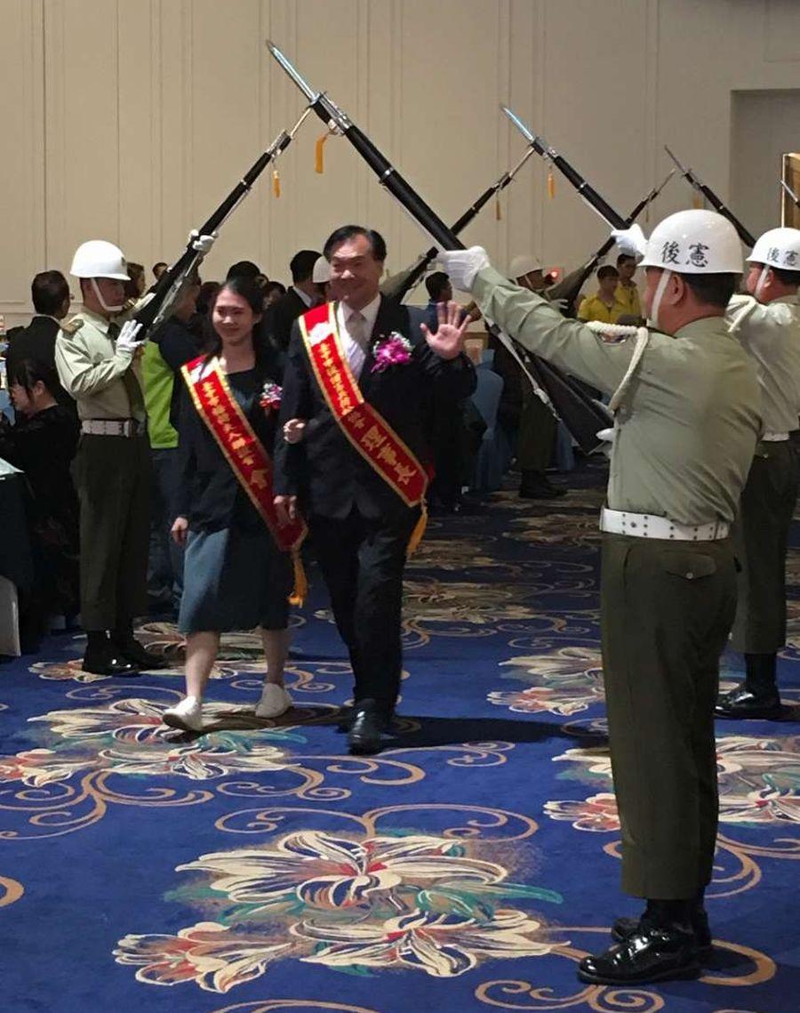迎賓拱門高舉 後備憲兵活動很有儀式感