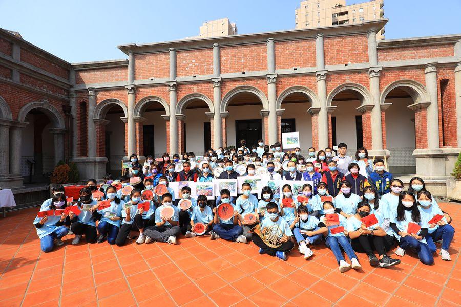 中港高中「一德洋樓」雙聯展  學生親筆寫卡片邀請盧市長參加