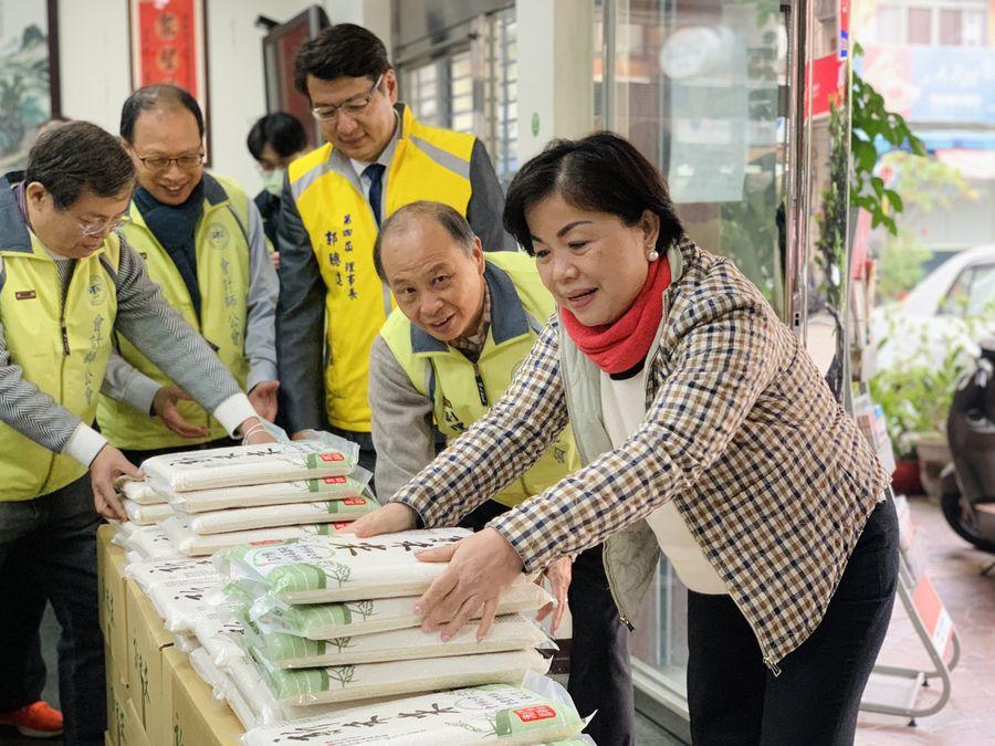 雪中送炭 楊瓊瓔與會計師公會捐米助弱勢