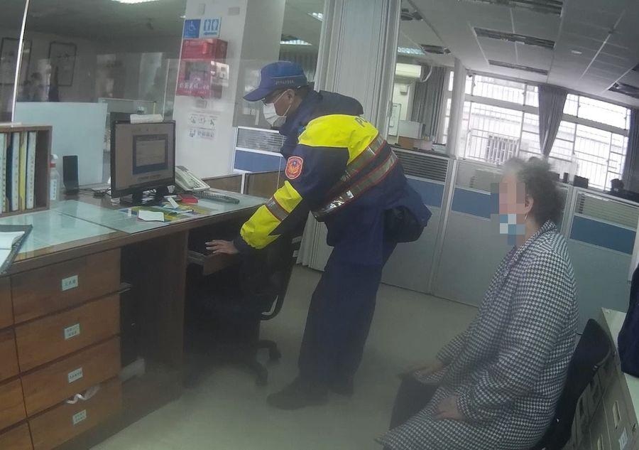 迷失婦有異狀機「警」送醫 家屬趕至醫院團圓