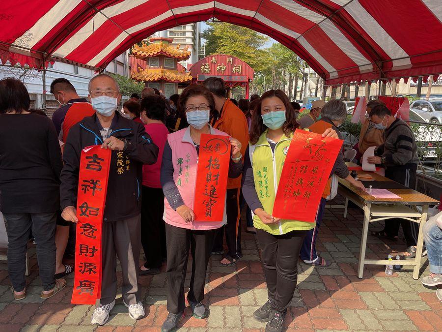 邱素貞辦「寫春聯、送春聯」活動  300多位民眾排隊索取