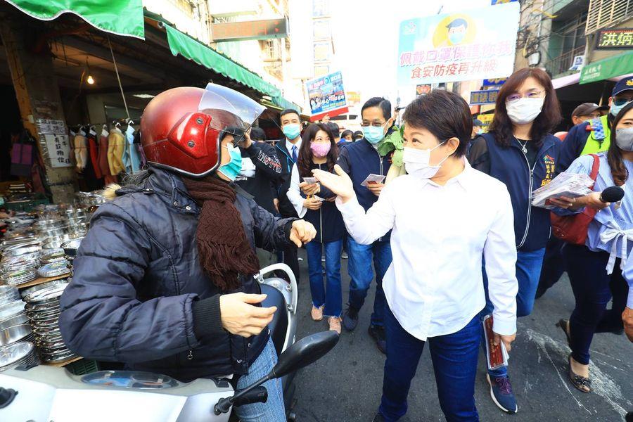 盧秀燕訪視菜市場 宣導防疫「戴好口罩過好年」