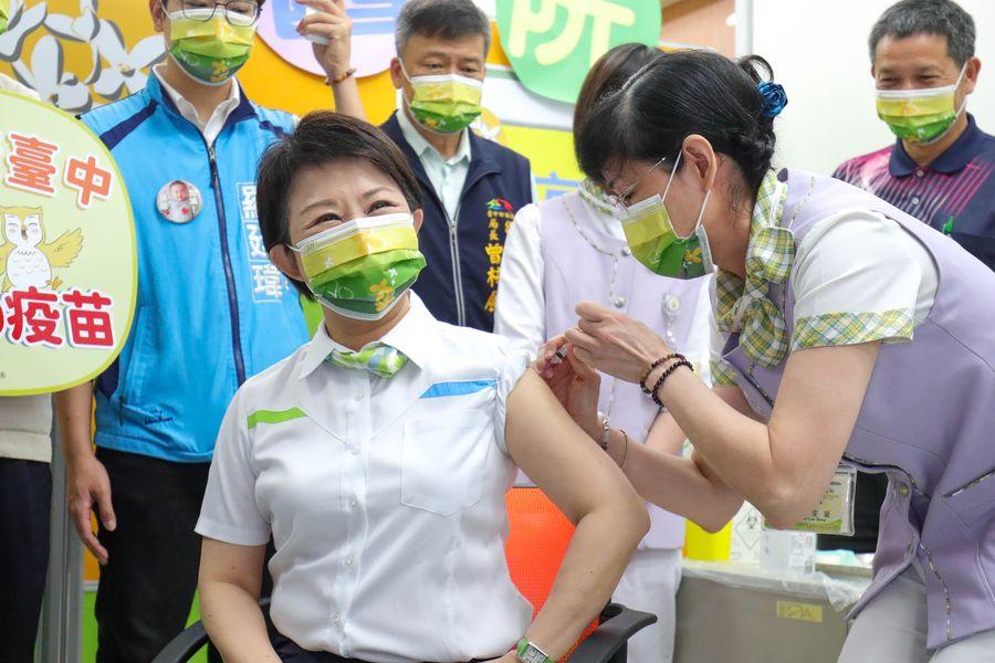支持中央防疫政策 台中市長盧秀燕今天接種AZ疫苗