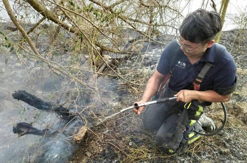 霧峰連2天火燒山 消防員背18升水袋徒步2公里滅火