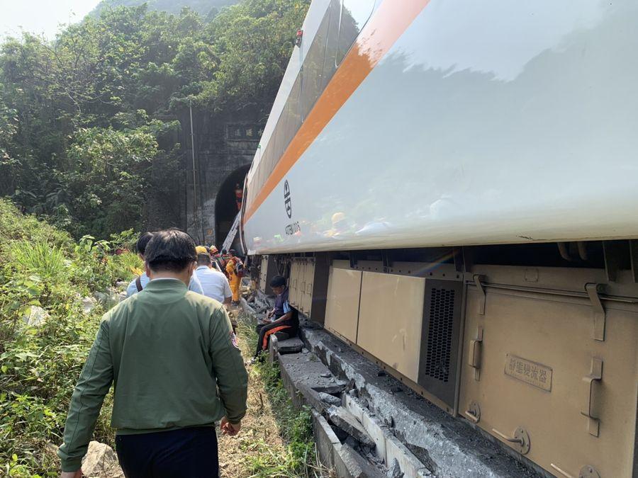 台鐵太魯閣號事故54人罹難 交通部長林佳龍:「願承擔一切政治責任。」