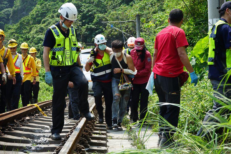 【更新】太魯閣號花蓮撞擊出軌卡隧道48死無人受困、117人送醫