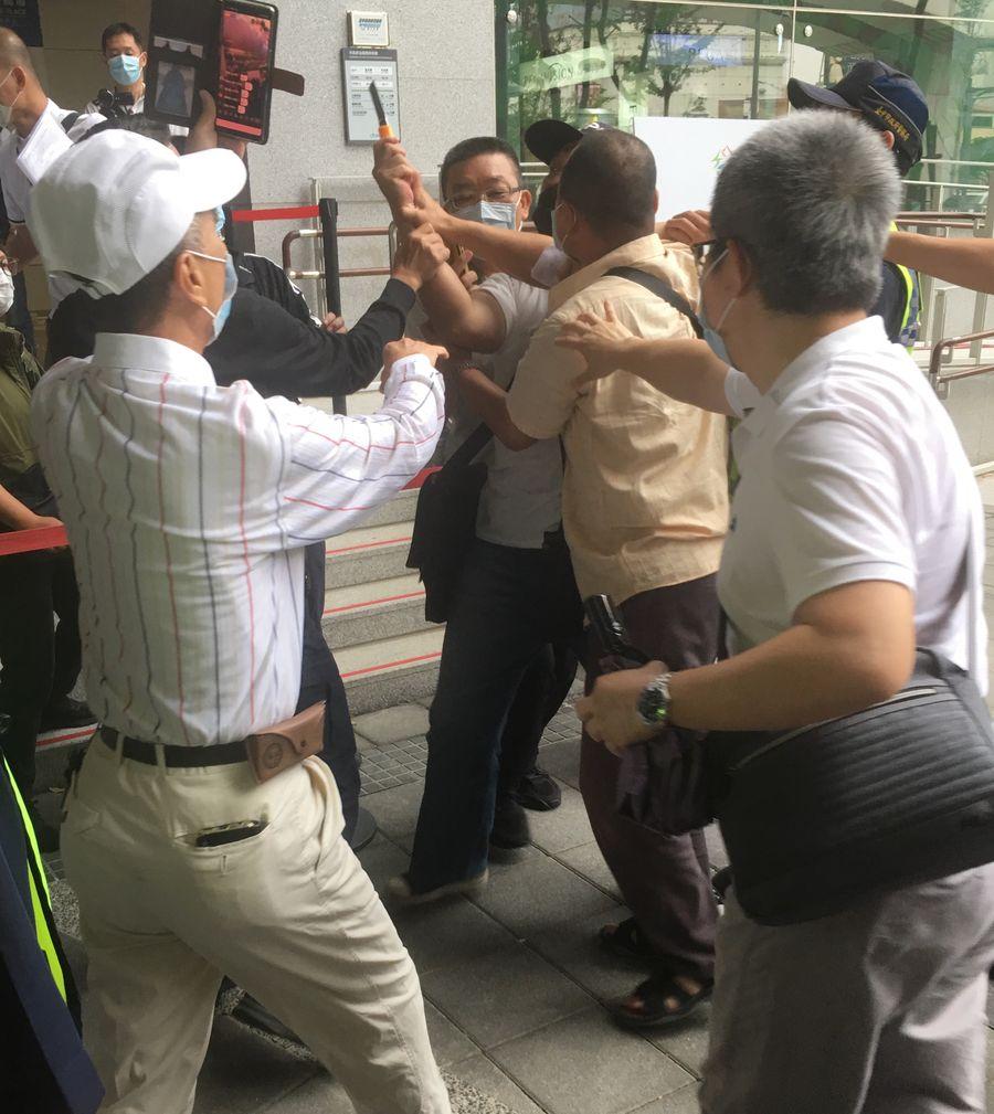 捷運通車典禮有人亮刀陳情  維安人員奪刀事態幸未擴大