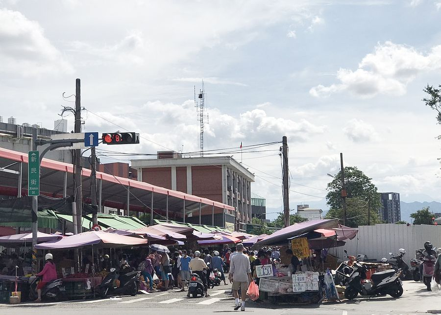 傳統市場擠滿採買的民眾 市議員邱素貞盼市府落實管制