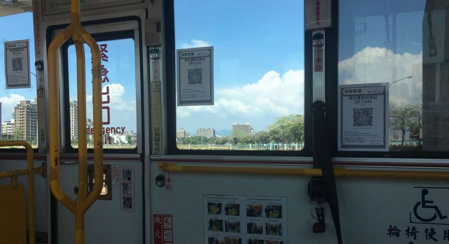 搭公車需實聯制  乘客坐著掃描登錄更安全