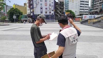發放口罩、酒精及預發食品  社福單位向街友宣導防疫