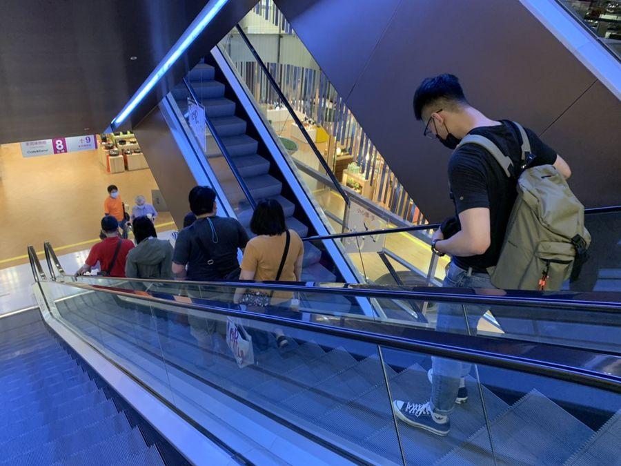 全台無預警大停電 台中遠百電梯停擺 民眾徒步爬12層樓
