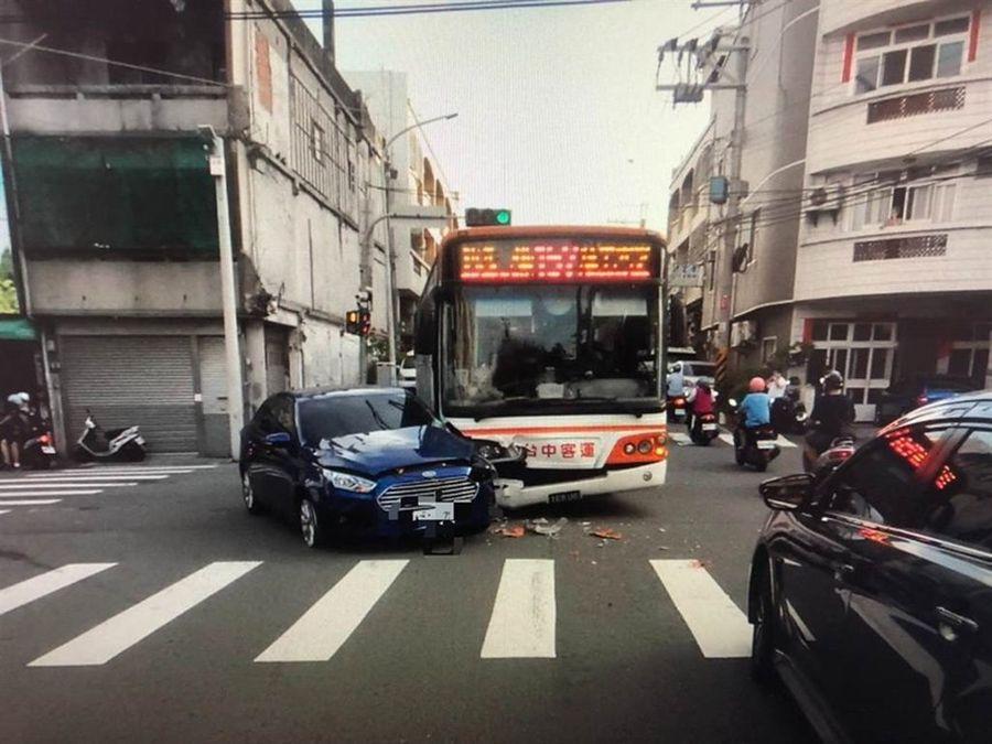 台中市大甲公車、轎車相撞 女高中生與媽媽受傷