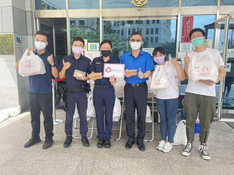 中市「茶奶奶」點心店  送臺式三明治給警察
