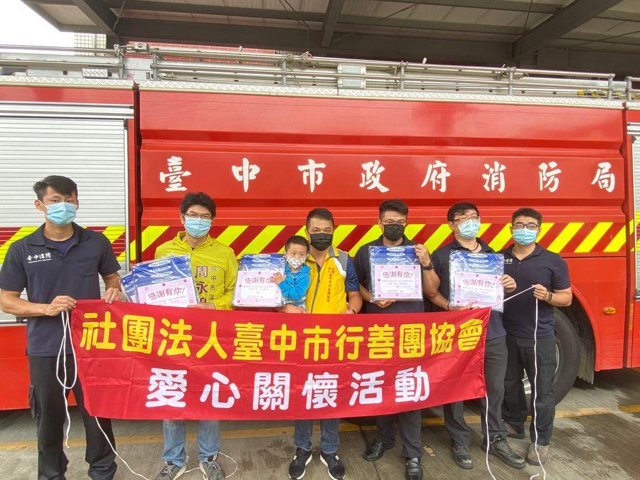 助醫護及消防員防疫  周永鴻與行善團捐贈350份防護面罩