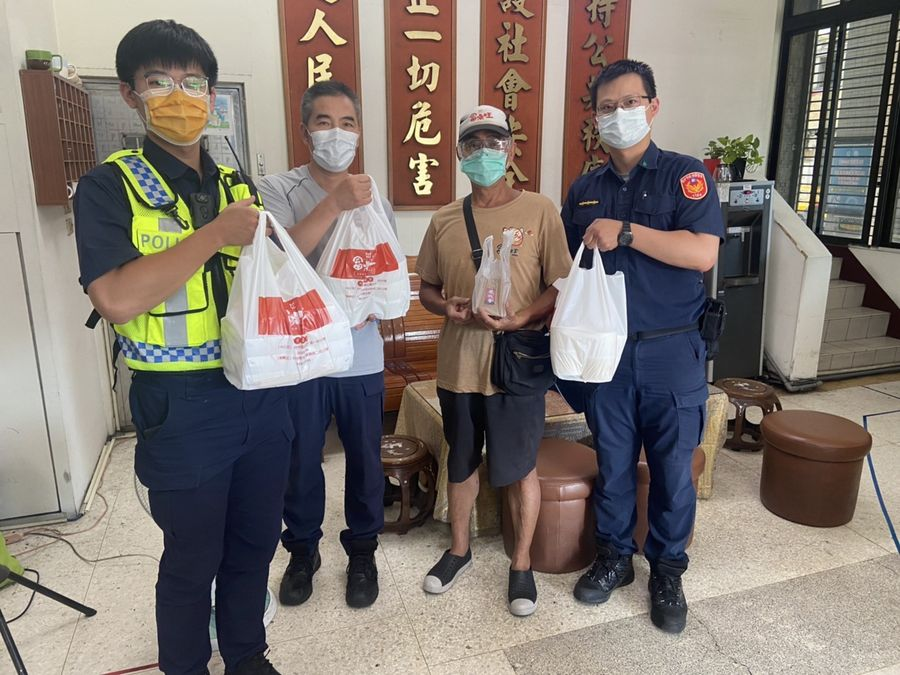 連續三天贈送餐點和水果 中市民眾相當支持警方
