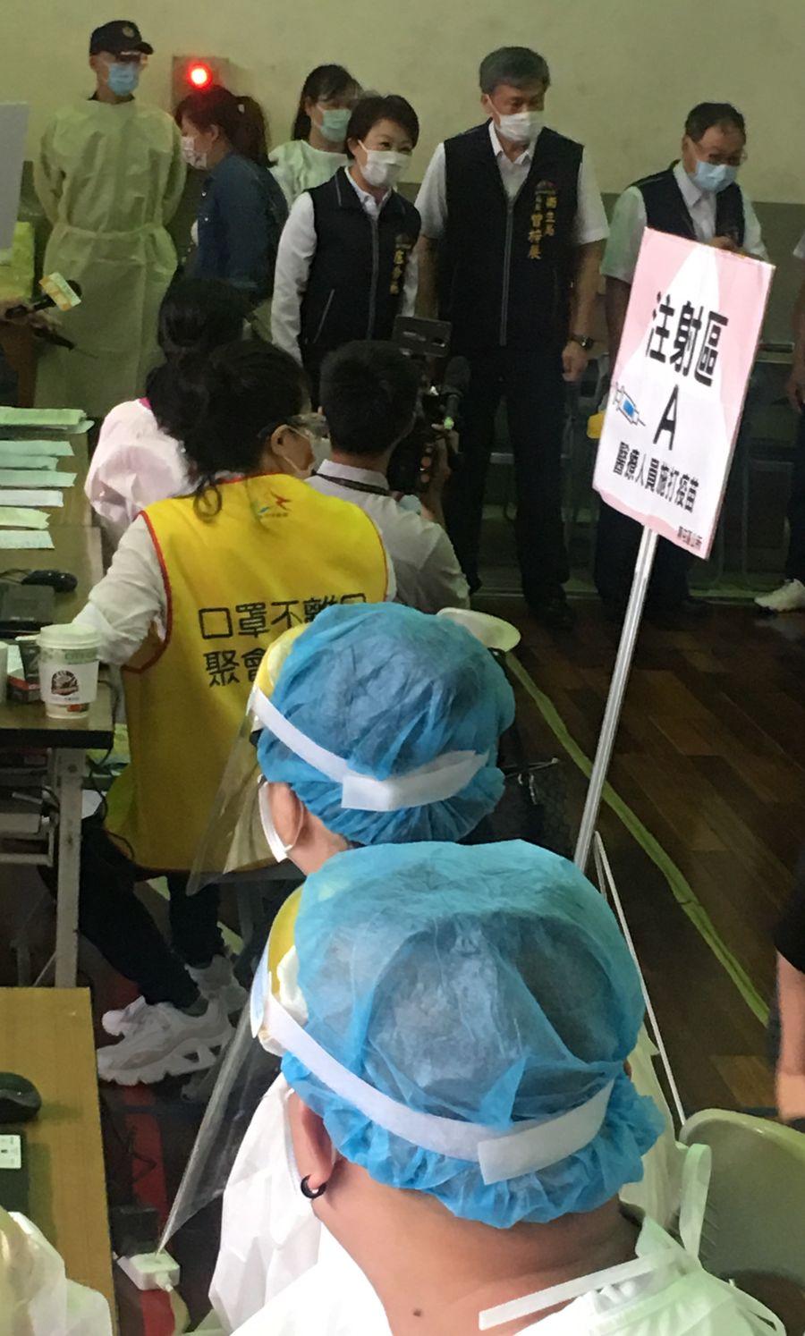 85歲以上長者注射疫苗 市長盧秀燕向工作人員致謝