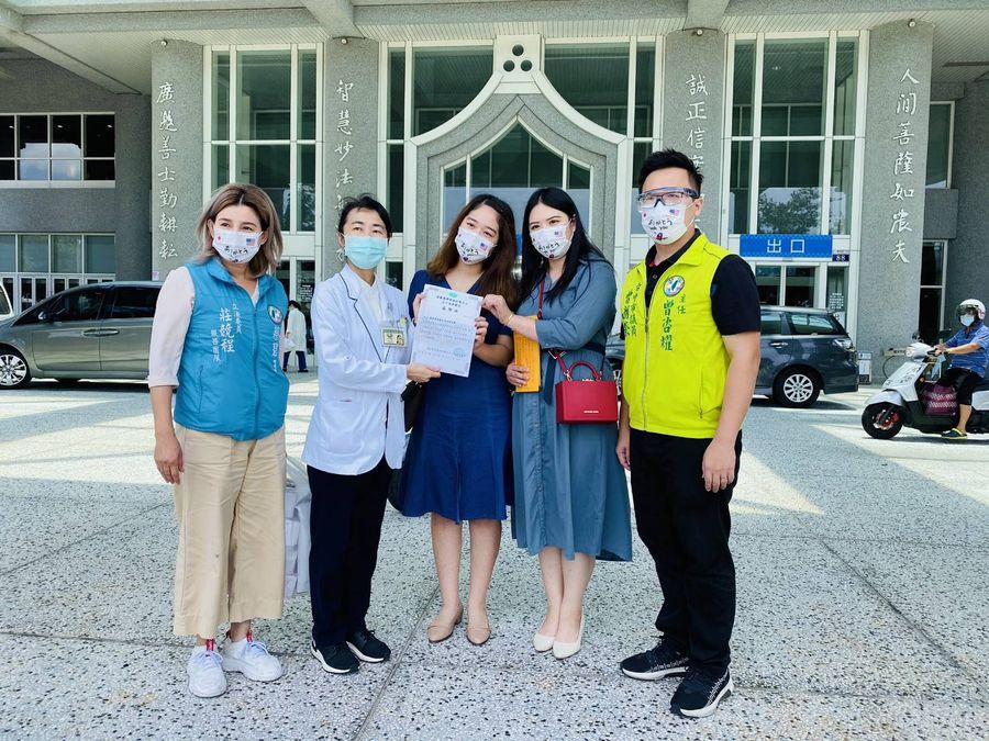 民眾透過立委莊競程捐贈護目鏡給慈濟醫護人員