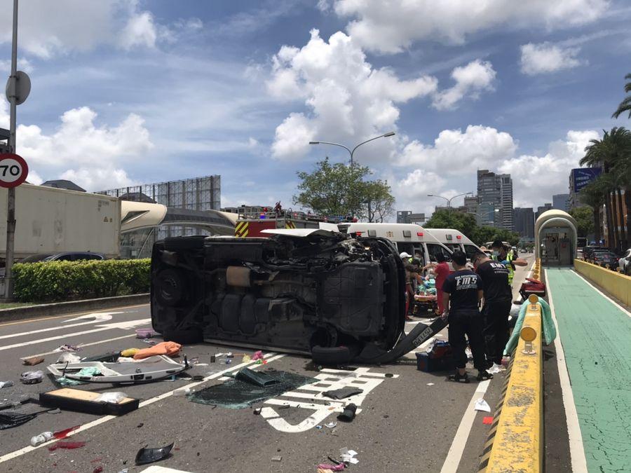 民間救護車不慎翻覆  車上四人受傷送醫