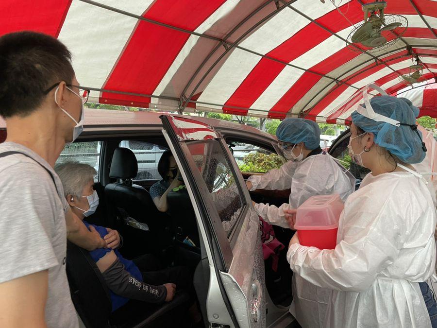 疫苗施打「得來速」 潭子區協助行動不便長者車上施打疫苗