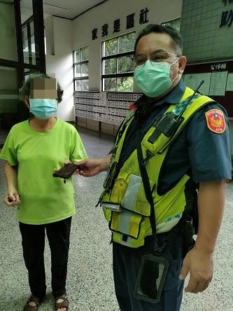 婦人掉落錢包被撿到   員警直接送回失主手中
